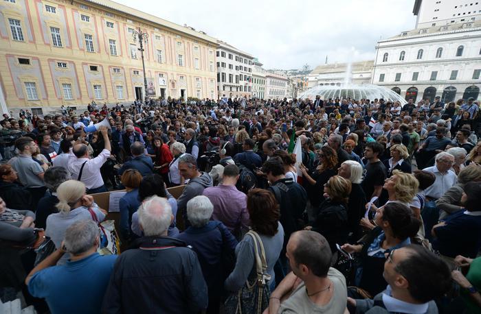 Alluvione Genova: cittadini in piazza, via amministratori